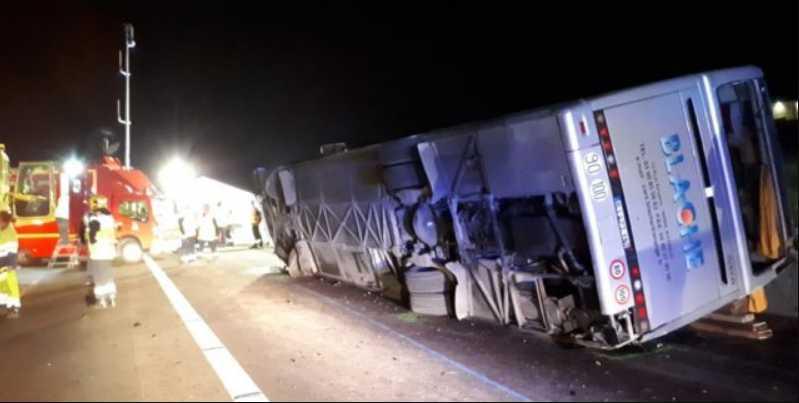 Три человека погибли, а еще 11 пострадали: автобус с болельщиками попал в жуткое ДТП