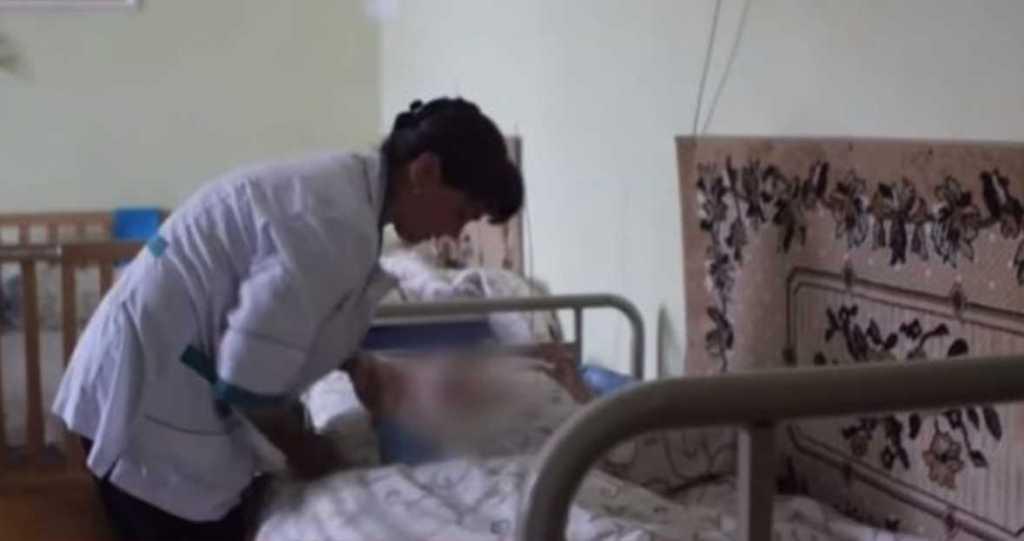 «Уже 10 лет его связывают, чтобы руки не poзpивалы собственное тело»: На Львовщине действует интернат, где детей держат словно в аду