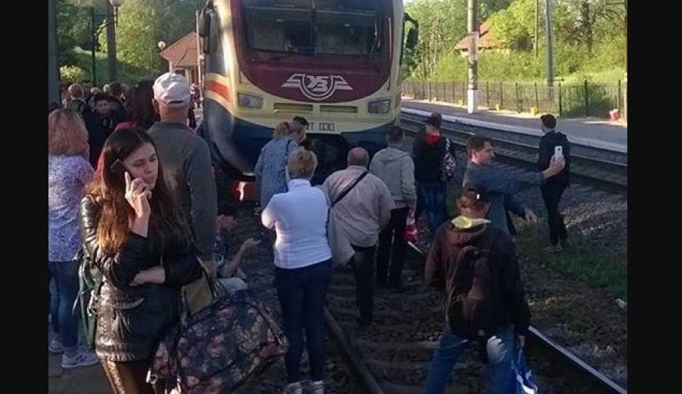 «Возмущенные люди вышли прямо на рельсы»: На Львовщине десятки жителей остановили движение поезда