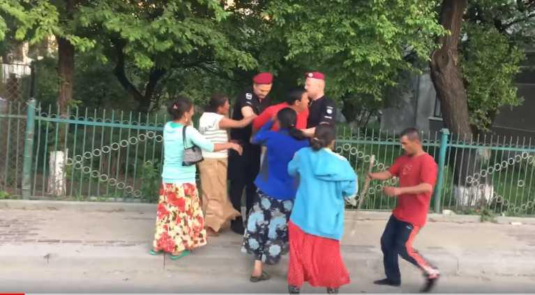 «Набросились с палками»: Пьяные цыгане избили двоих детей и полицейских
