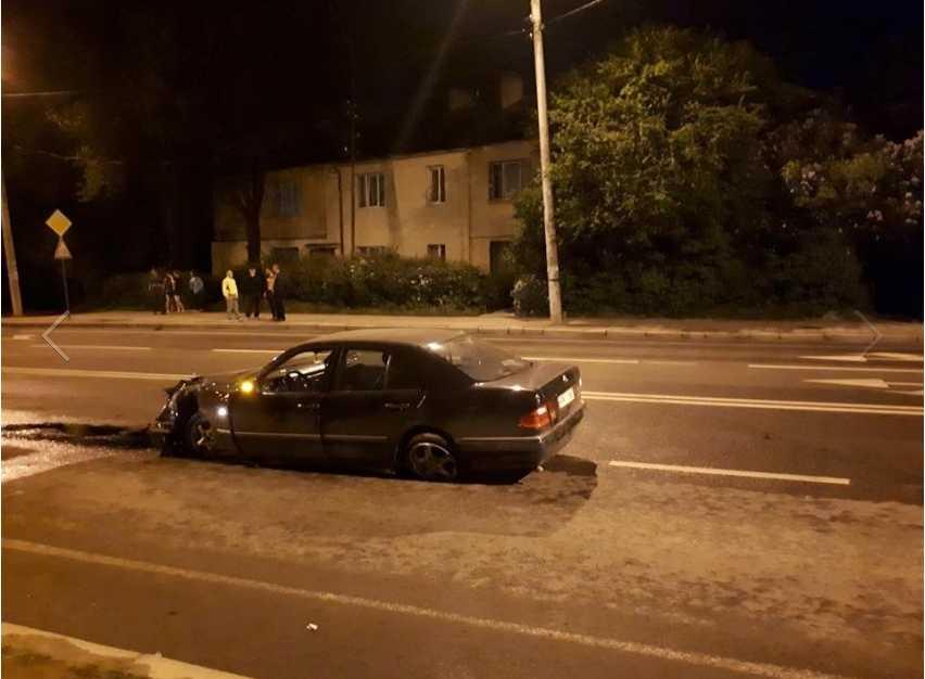 Был в состоянии алкогольного опьянения: Во Львове водитель-камикадзе на польских «бляхах» влетел в столб