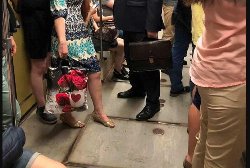 Поближе к народу: В Сети смеются над министром, который решил покататься в метро