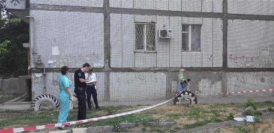 Прямо на бетонную плиту в котловане: Из окна недостроенной многоэтажки выпала девочка