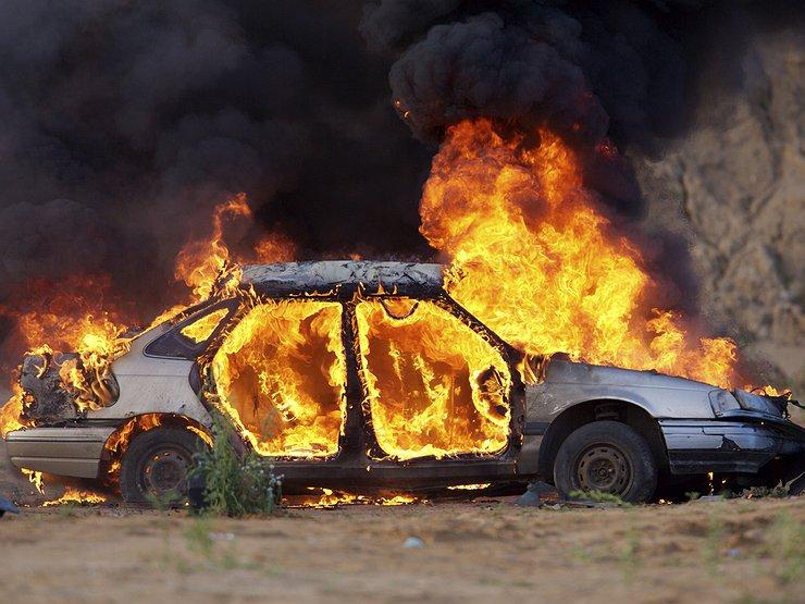 Не понравилось пророчество? Мужчина сжег машину известного экстрасенса