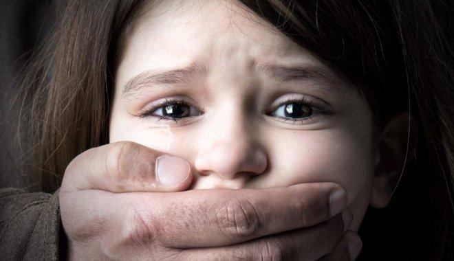 «Заманил домой и заставил танцевать голыми»: Мужчина жестоко изнасиловал двух 10-летних девочек