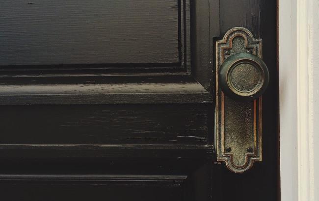 Нашли повешенного на дверной ручке: Мужчина по неизвестным причинам покончил с жизнью
