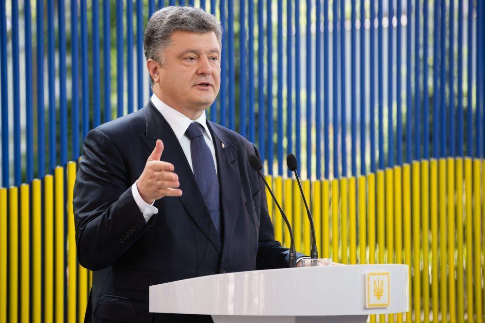 «Их вывели под палящее солнце еще до приезда президента»: Во время речи Порошенко дети начали терять сознание