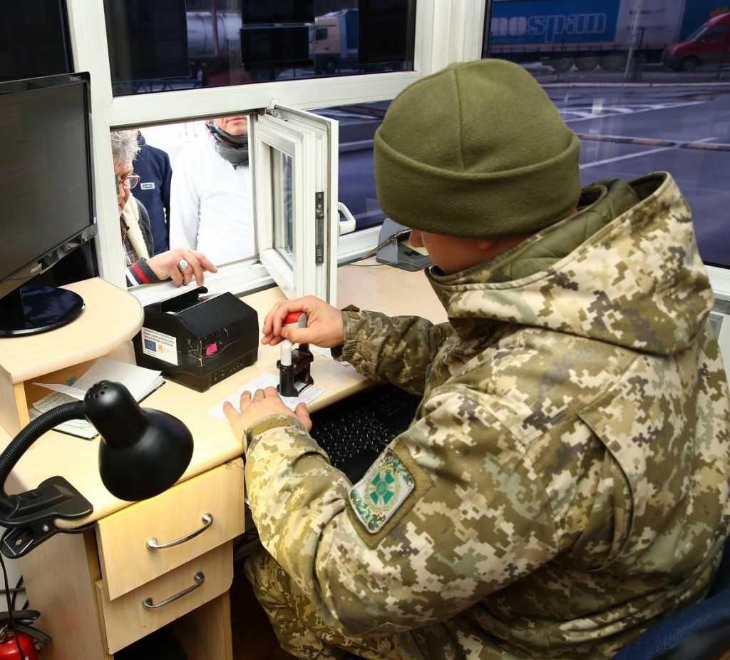 Нововведения от пограничников: украинцы будут платить штрафы прямо на границе, узнайте детали