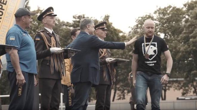 Что произошло с военным, который публично отказался пожать руку Порошенко