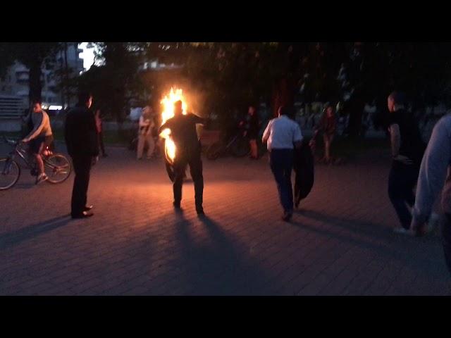 Вылил на себя горючее вещество и поджег: Мужчина посреди толпы пытался покончить с жизнью