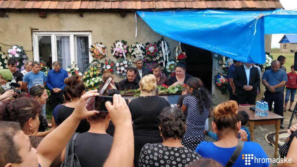 «Прощание продолжается уже второй день»: На Закарпатье со слезами на глазах хоронят убитого во Львове 24-летнего рома