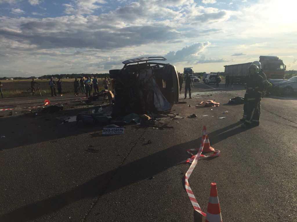 Жуткое ДТП на Ровенщине: Легковой автомобиль протаранил маршрутку, есть жертвы