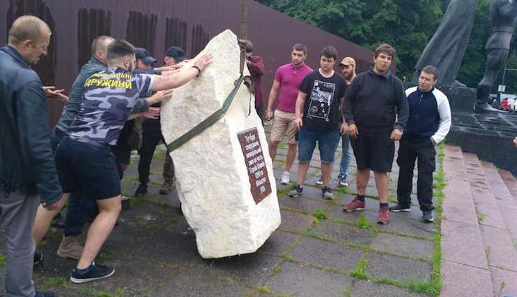 Заправка вместо сквера: Во Львове разгорелся скандал из-за демонтации памятника в честь УПА