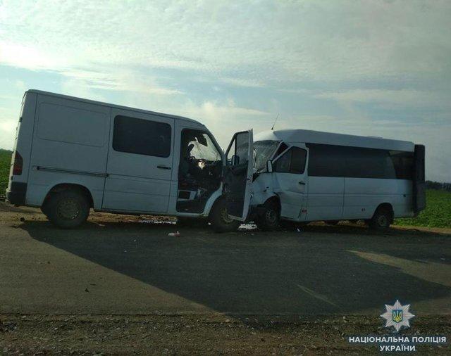 Маршрутка и грузовой микроавтобус не поделили дорогу: В Одессе произошла громкая авария