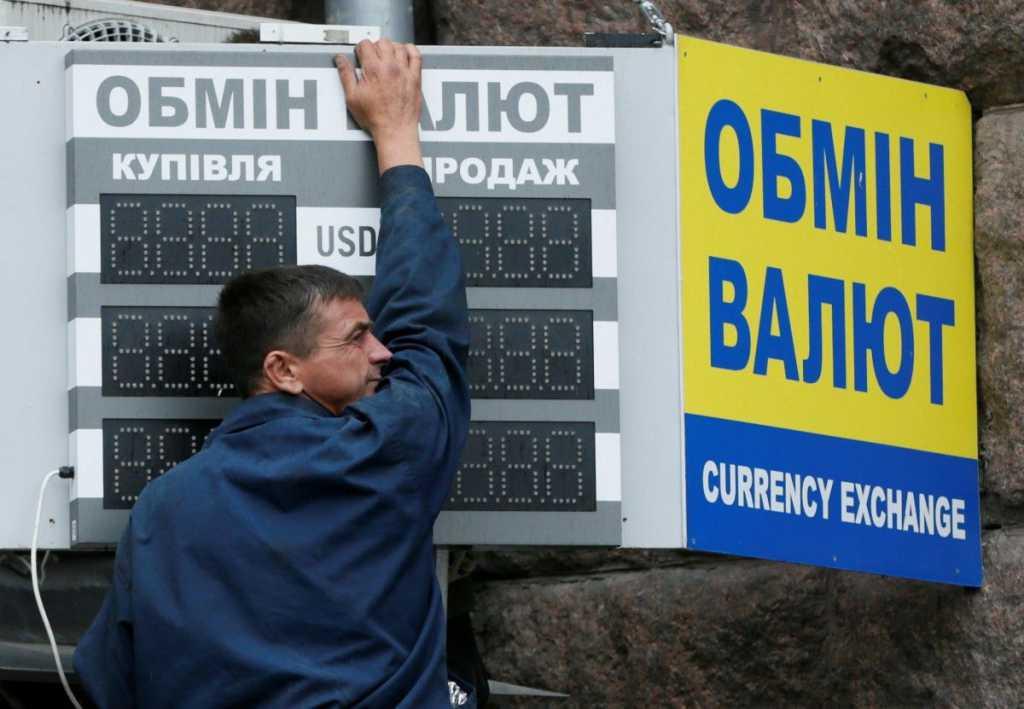 Курс гривны снова бьет рекорды: Что происходит с долларом в Украине
