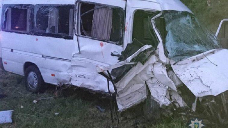 Водитель погиб на месте: На Львовщине «лоб в лоб» столкнулись два микроавтобуса, госпитализированы 9 человек