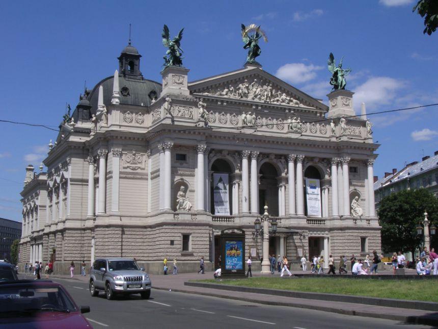 Только в белье, в различных позах: У Оперного театра сняли пикантную фотосессию