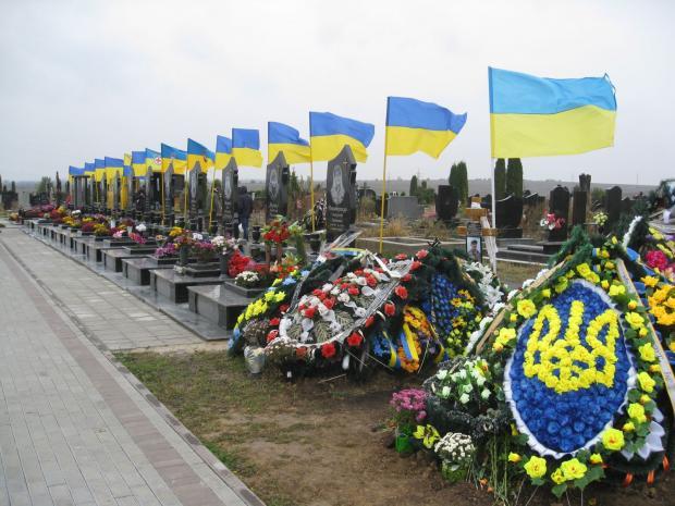 «Все приехали выразить соболезнования, а он …»: Мэр одного из городов поразил украинцев своим поступком на могиле воина