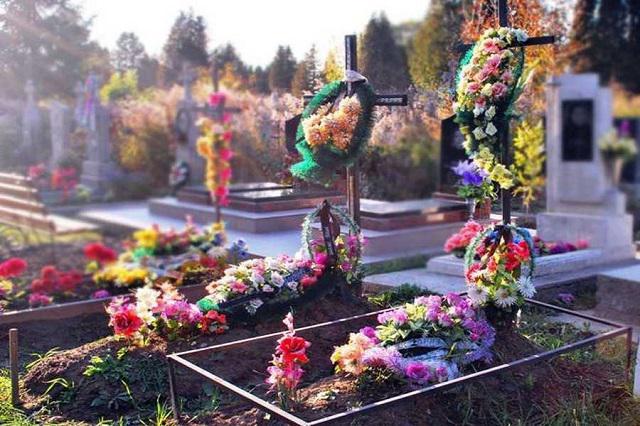 «Трупы кишат опарышами»: Волонтер рассказала о «9 кругов ада» похорон по-новому