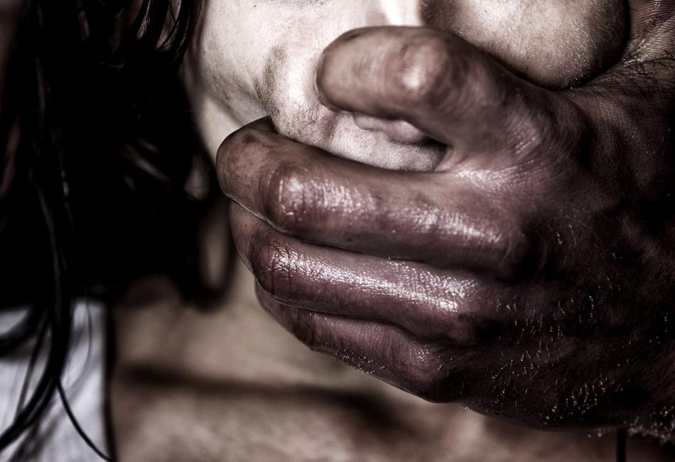 «Закрыл троих детей, а пятилетнюю дочь …»: Мужчина после ссоры с женой жестко изнасиловал своего ребенка