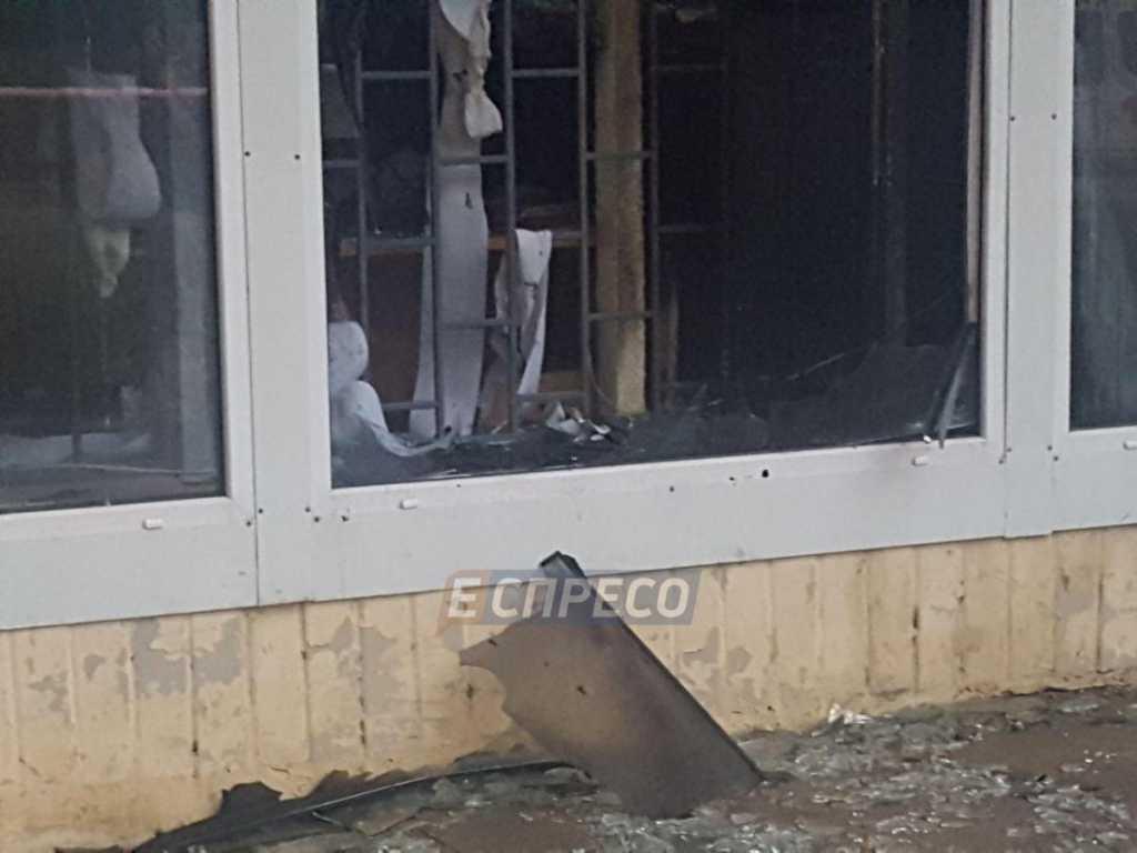 В Киеве неизвестные взорвали банк: на месте происшествия работали пожарные и скорая