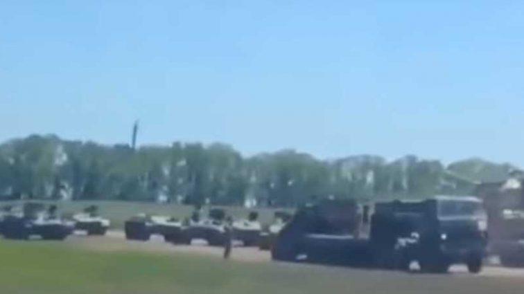 «Они готовятся»: У границы с Украиной зафиксировали колонну российской военной техники