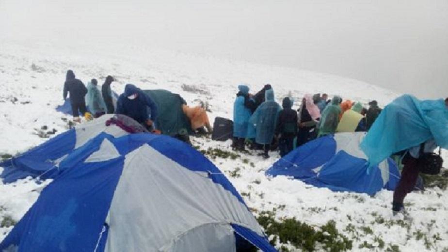 Детский палаточный лагерь в Карпатах засыпало снегом: Спасатели срочно эвакуируют детей