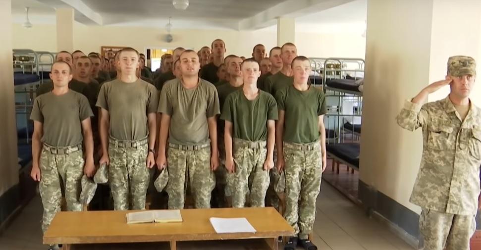 «Заставляли грузить бетонные блоки и…»: В Днепре командир сдавал в аренду молодых солдат