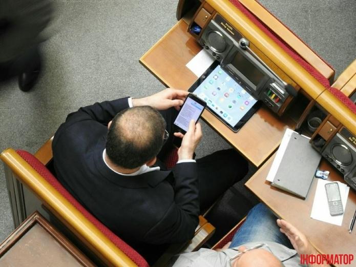 «Какая бл * интрига, одна импотенция»: В Сети опубликовали скандальные переписки народных депутатов