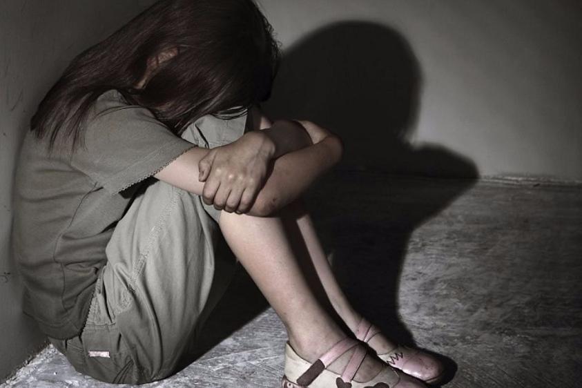 «Когда спала мама…»: Отчим регулярно насиловал 12-летнюю дочь, пока она не забеременела