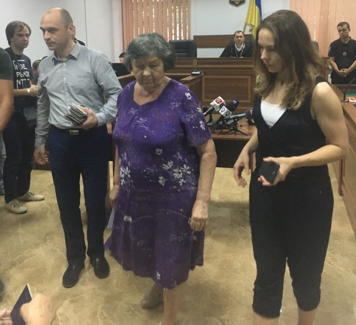 «Остановите это позорное судилище, уже весь мир смеётся»: Мать Савченко сделала громкое заявление в суде
