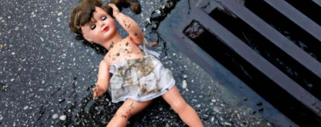 «Тело обнаружил брат, через 10 минут»: 8-летнюю девочку изнасиловали и убили в туалете магазина