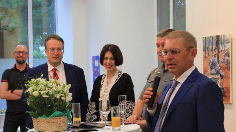 «Нарисовала себя обнаженной, а Пашинского…»: Скандальный депутат Татьяна Черновол открыла выставку своих картин
