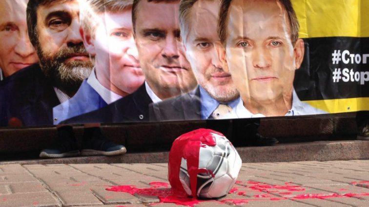 «Интер — на кладбище»: Разъяренные активисты пикетируют Нацсовет с требованием забрать у телеканала лицензию