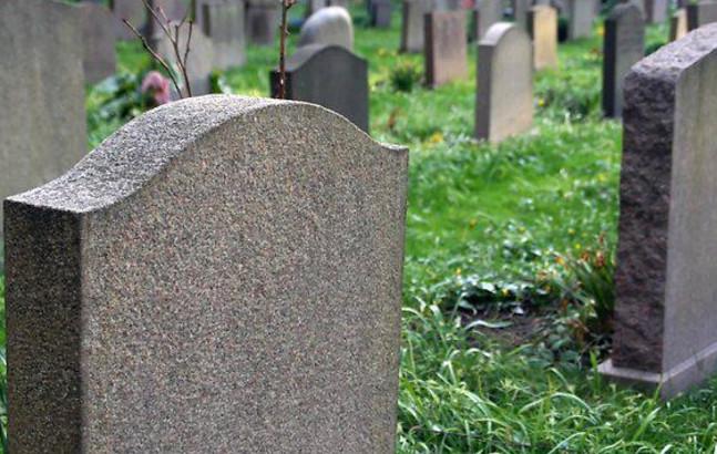 «Люди услышали пронзительный плач малыша»: Мать бросила своего новорожденного сына умирать на кладбище