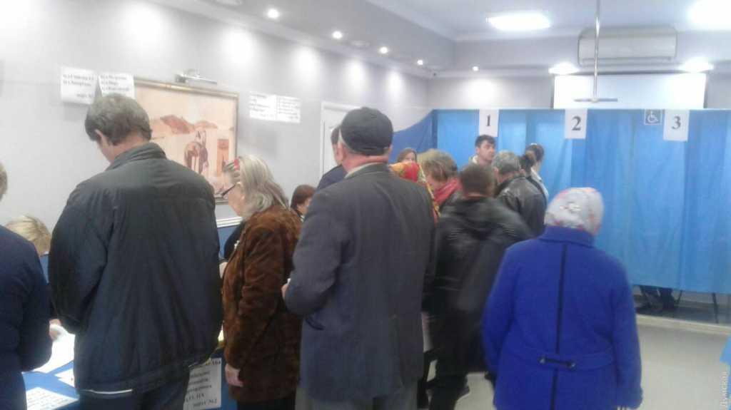 «Стрельба, слезоточивый газ и десятки пострадавших»: Что происходит на выборах в Одессой области. Зачем вводят Нацгвардию