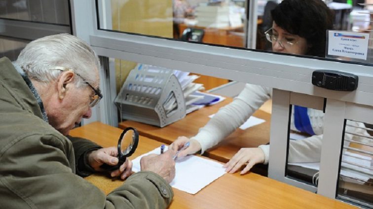 «Повышенные пенсии, реестр должников и красные списки в больницах»: Что изменится для украинцев уже в июле