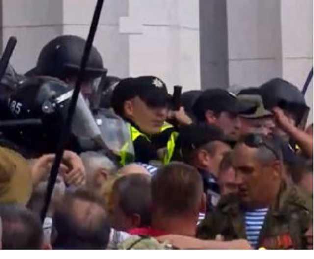 «Участники прорвали кордон полиции, начались схватки»: Что сейчас происходит под Радой (видео)