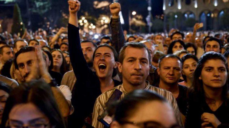 Сотни людей в Грузии требуют справедливости Генпрокурор ушел в отставку