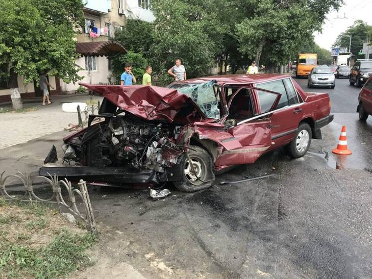Грузовик раздробил легковушку: В Одессе произошла мотрошна ДТП
