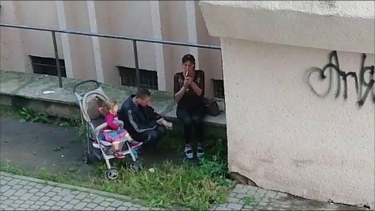 «Малыш в коляске за ними наблюдал»: Львовяне-наркоманы колются прямо на улице (Видео)
