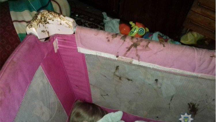 «Фекалии повсюду, полный беспорядок и антисанитария»: Во Львове полицейские спасли детей из неблагополучной семьи (фото)