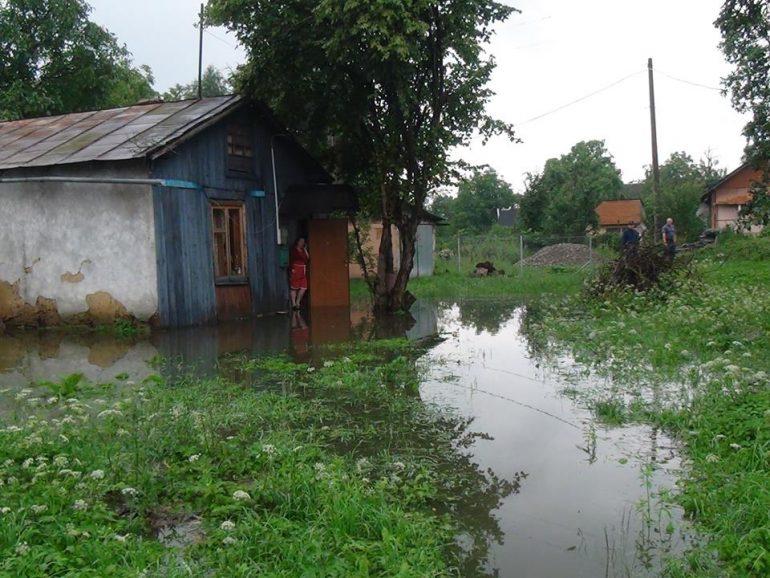 Срочно! Непогода на Прикарпатье наделала беды: повреждены дороги и затопленные села