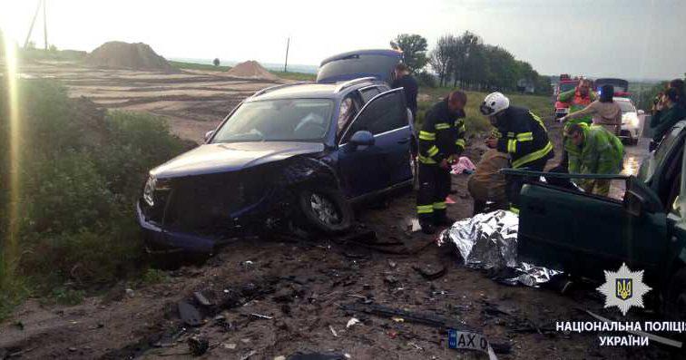 Жертв доставали из кучи металла: жуткая ДТП под Харьковом, автомобили столкнулись лоб в лоб