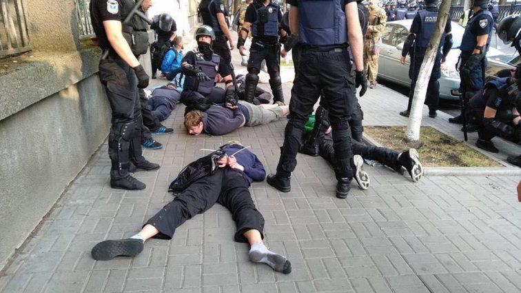 «Десятки людей были избиты, начались задержания»: В Киеве произошли столкновения из-за ЛГБТ-парада. Что сейчас происходит