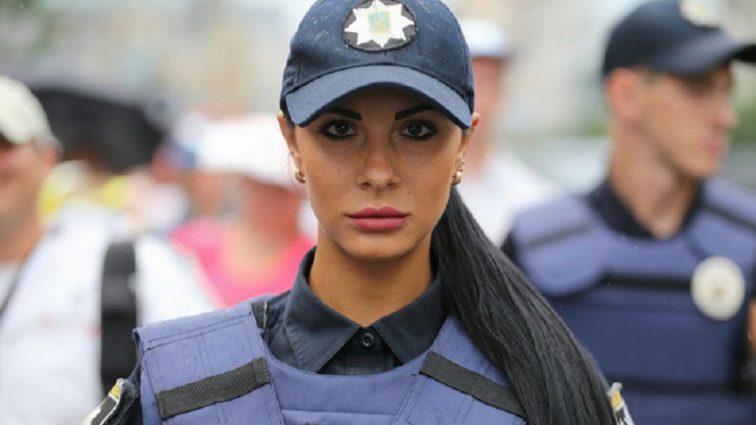 «В кожаных шортах и топе на голое тело»: Пикантные фотографии украинского полицейского взорвали Сеть