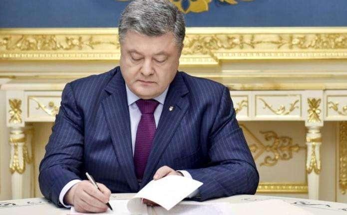 Быстрые контракты и женщины в возрасте до 60: Порошенко принял закон о службе в ВСУ