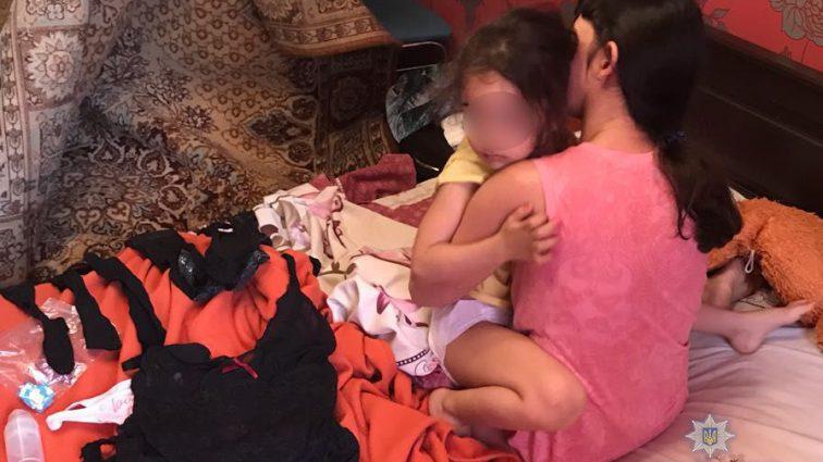 «После того, что делала со своей дочерью задержана, ее …»: Семейная пара заставляла 4-летнюю дочь сниматься для непристойных видео