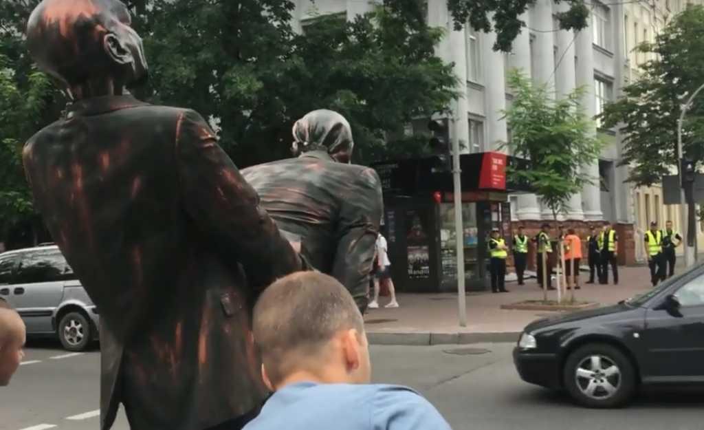 «Путин на гей-параде в Киеве»: Сеть взорвала скандальная скульптура Президента РФ, которую попытались пронести активисты