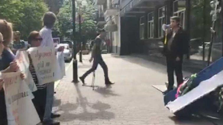 «Венки, плакаты и гроб»: Чьи похороны украинцы устроили прямо под Генпрокуратурой